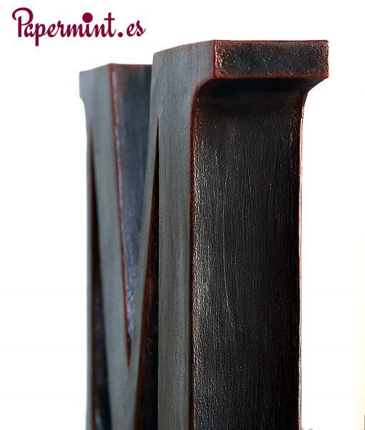 detalle de letra decorativa oxido