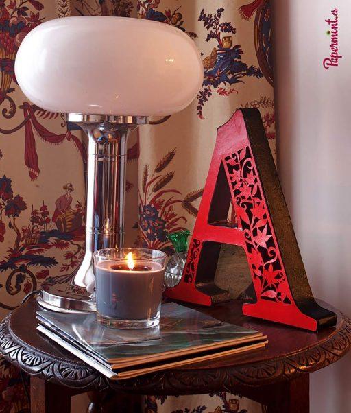 letra-decorativa-roja-en-salón