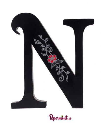 Letra decorativa con flor