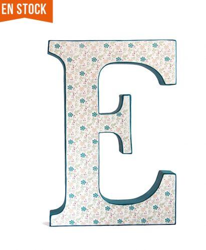 Letra E azul decorada con flores