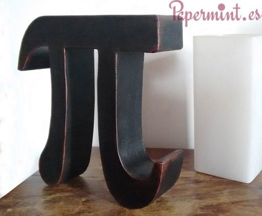 Letra Pi decorando mesita
